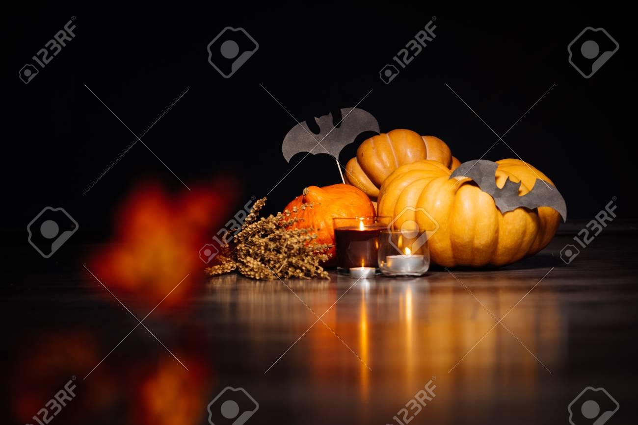 Varias Pequeas Calabazas Decoradas En Un Tema De Halloween Fotos