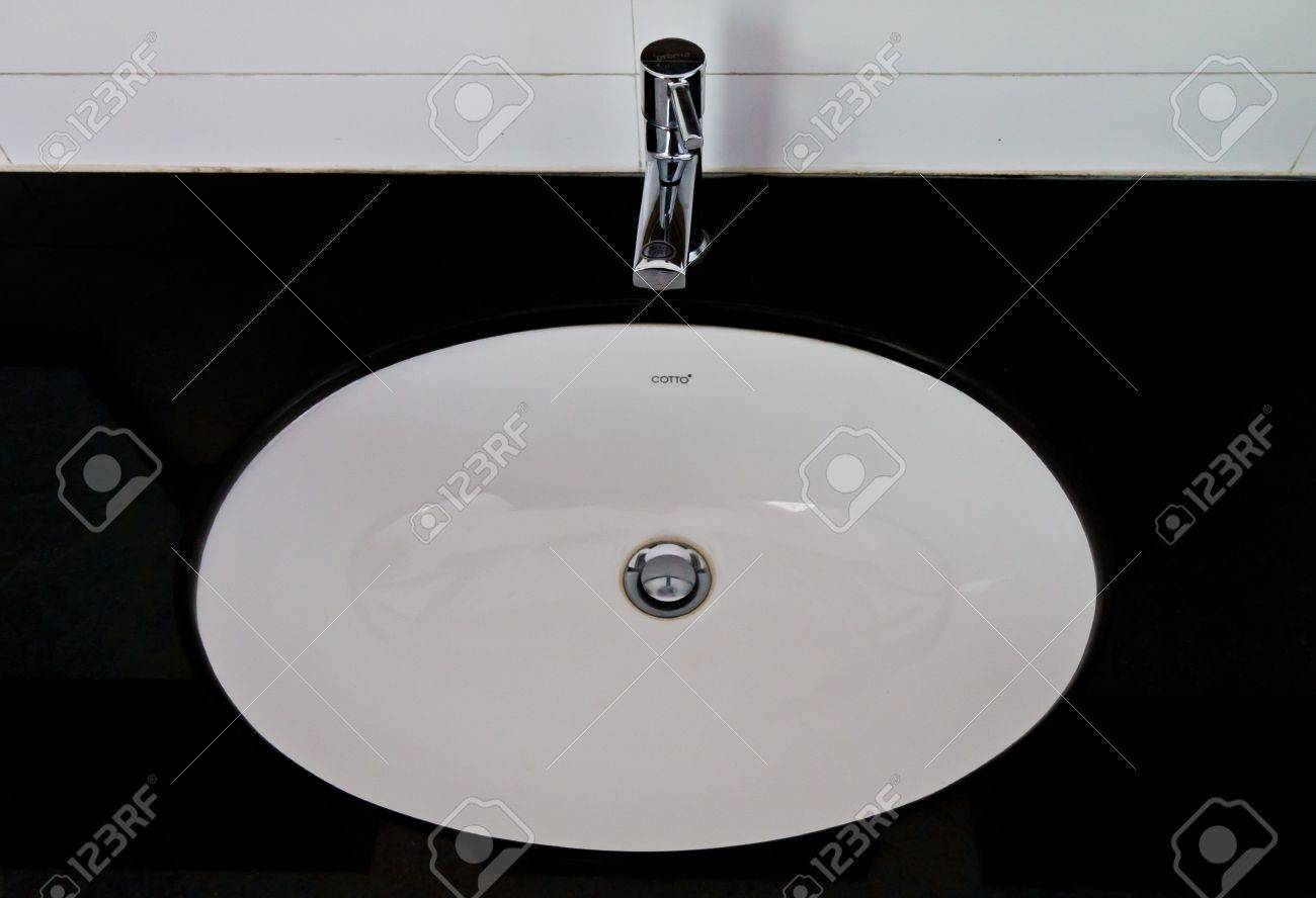 Sinks in the bathroom men a clean and hygienic. Stock Photo - 10896180