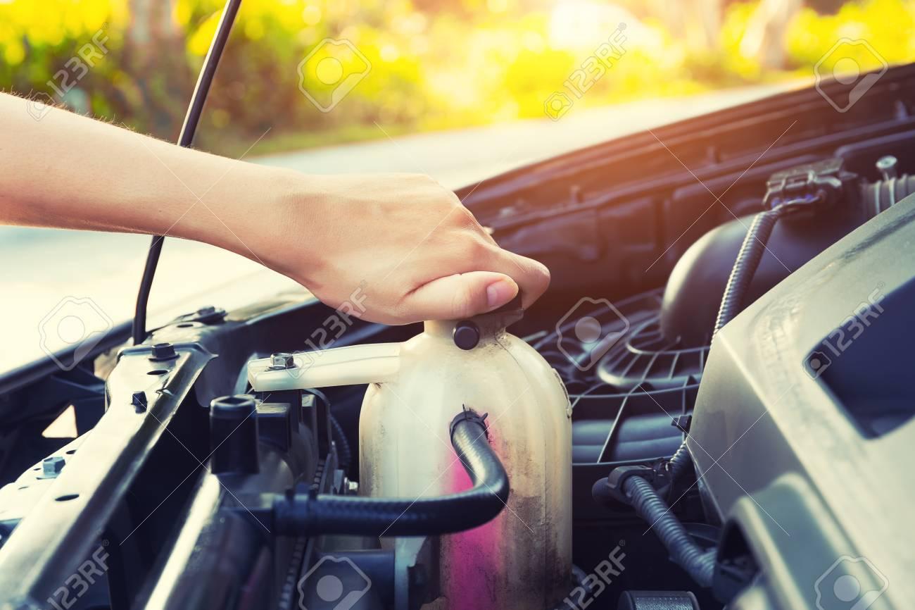 Asian Mädchen An Der Hand Prüfung Kühlmittelfüllstand Automotor ...