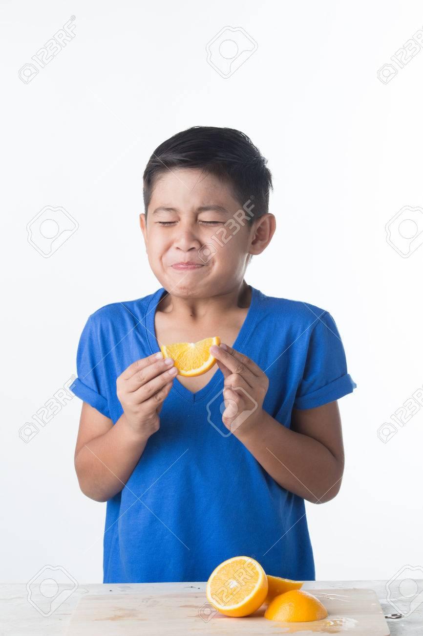 酸っぱいレモンを噛んで口をとが...