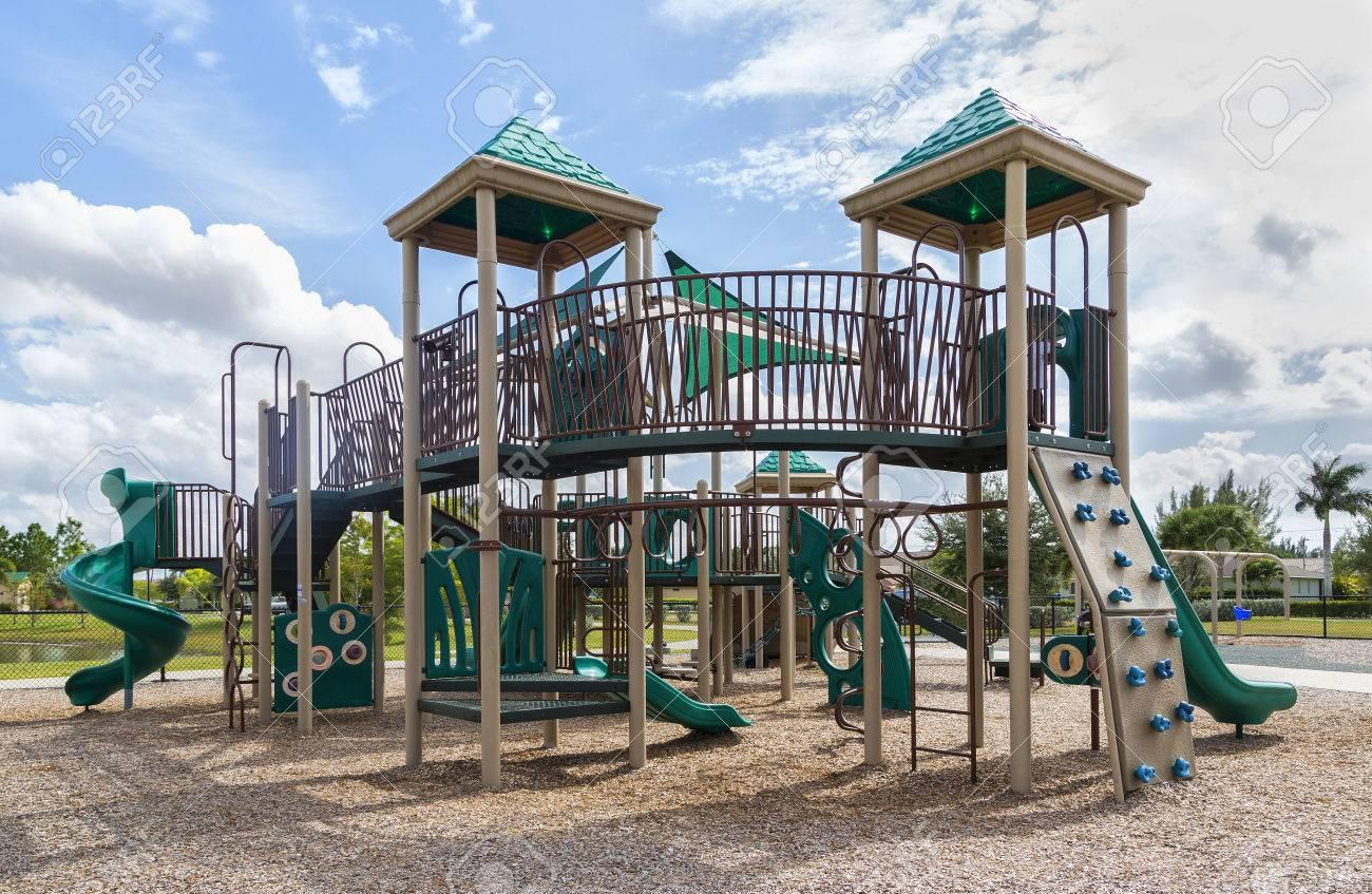 Klettergerüst English : Spielplatz mit rutschen und klettergerüst florida lizenzfreie
