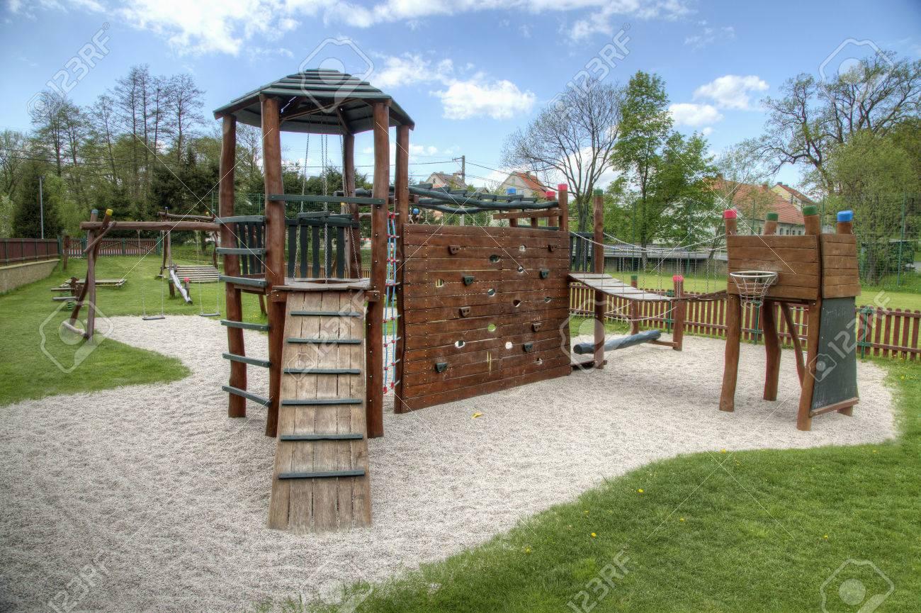 Klettergerüst Spielplatz : Spielplatz mit rutschen und klettergerüst im park lizenzfreie