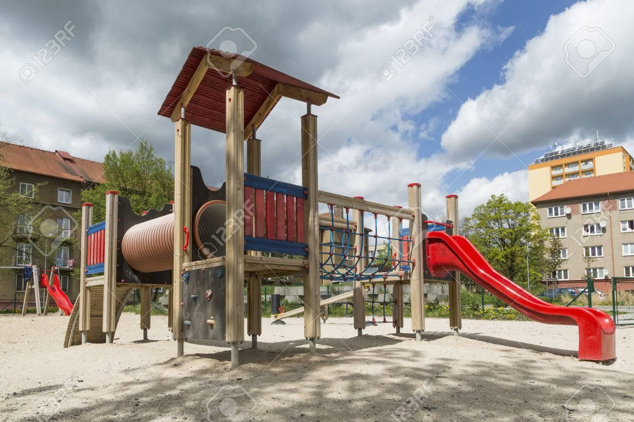 Klettergerüst Kunststoff : Spielplatz mit rutschen und klettergerüst im park lizenzfreie fotos