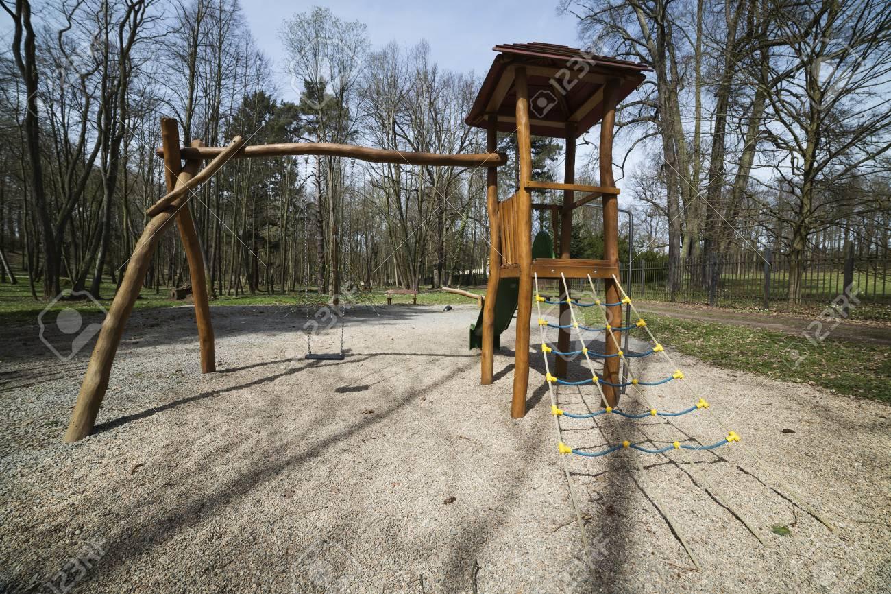 Klettergerüst English : Spielplatz mit rutschen und klettergerüst im park lizenzfreie