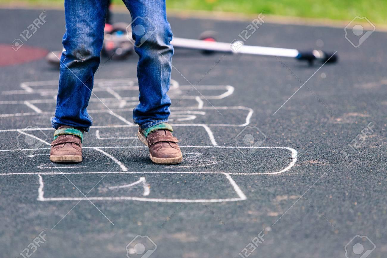Assez Enfant Jouant à La Marelle Sur Aire De Jeux En Plein Air, Les  GN91