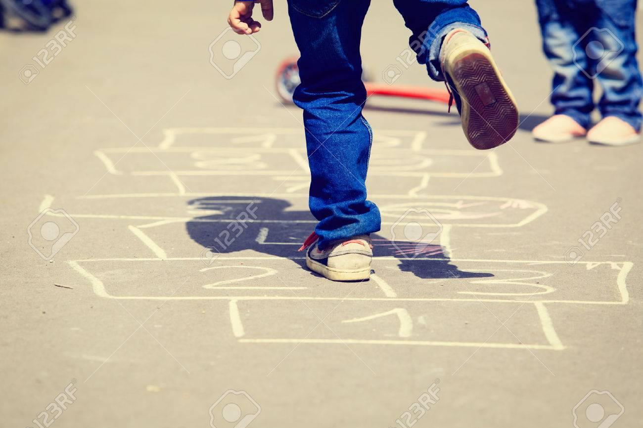 Exceptionnel Enfants Jouant à La Marelle Sur Aire De Jeux En Plein Air  VA78