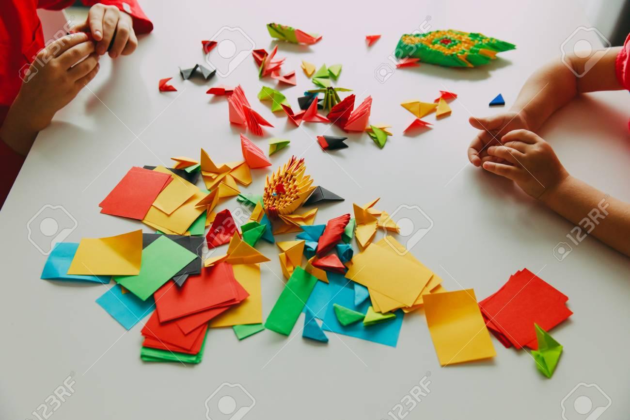 Niños Haciendo Manualidades De Origami Con Papel Fotos, Retratos ...