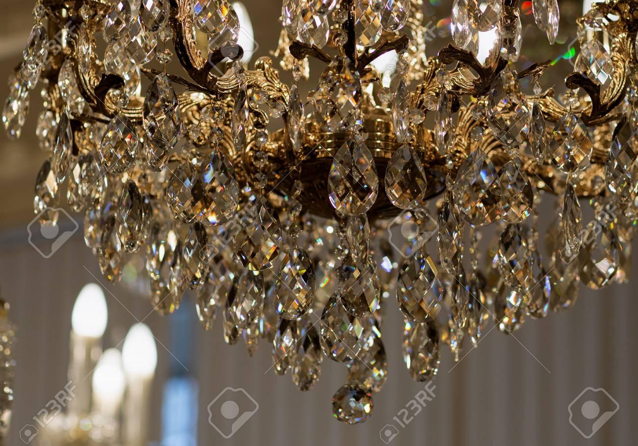 Immagini stock lampadario di ottone con il cristallo lampadario