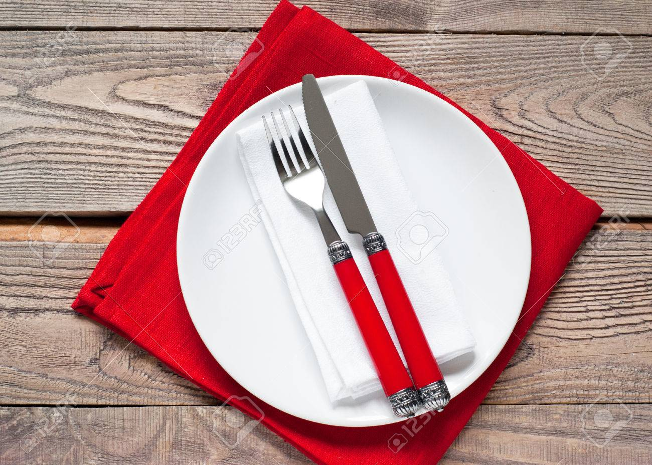 Tabelle Einstellung Mit Einem Teller, Besteck Und Serviette In Roten ...