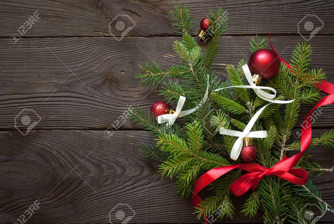 Branche D Arbre Sapin De Noel sapin de noël branche d'arbre avec des décorations sur la table en bois.  vue de dessus avec copie espace