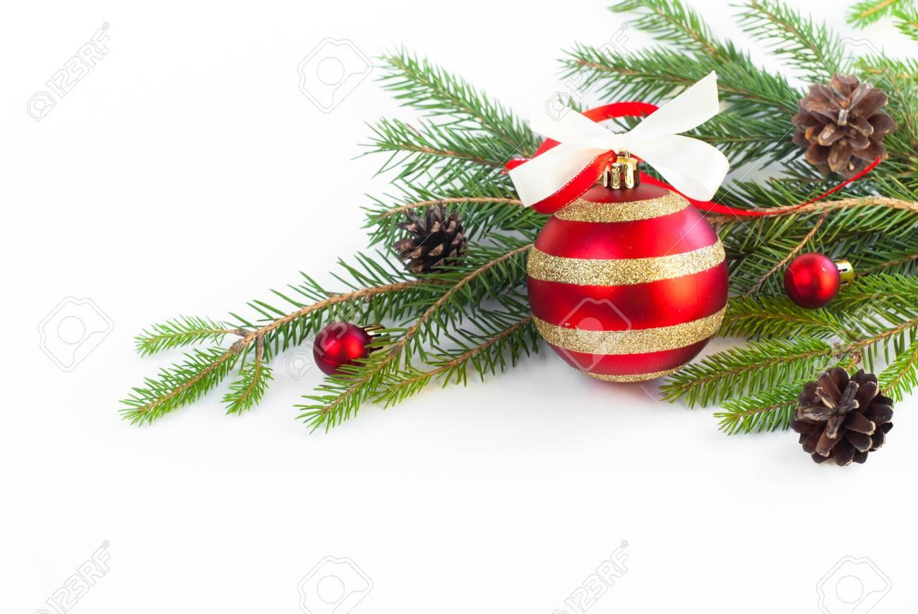 Branche D Arbre Sapin De Noel fond de noël boule rouge avec branche d'arbre sapin isolé sur blanc.