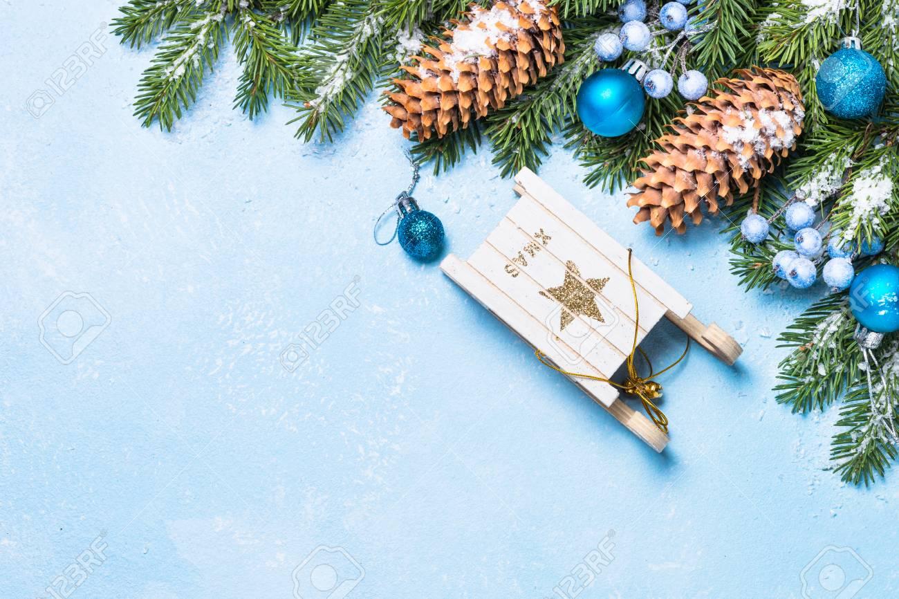 Weihnachtshintergrund. Schneetannenbaumzweig, Blaue Bälle ...