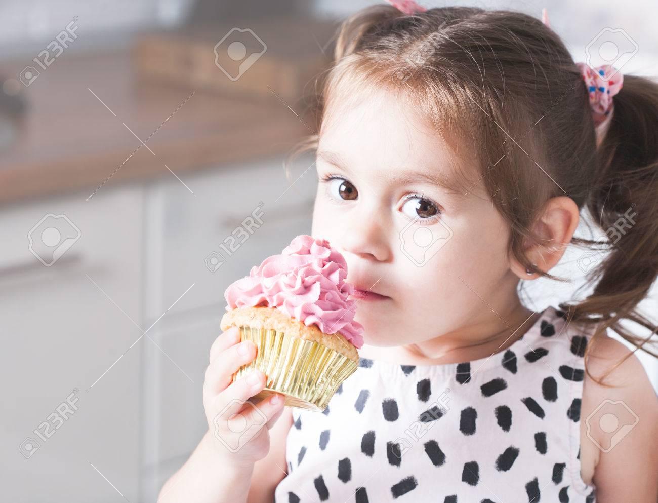 Nettes Kleines Madchen Halt Geburtstag Cupcakes In Der Kuche