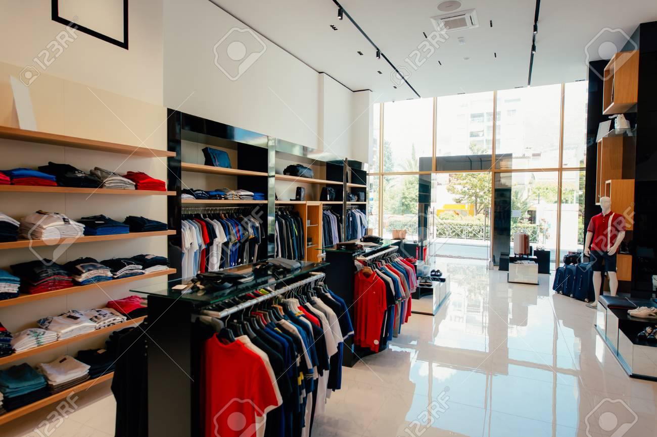 59ca64b55 Interior de una tienda de ropa . ropa para los hombres y mujeres en el  almacén de la tienda de ropa de la tienda de feria .