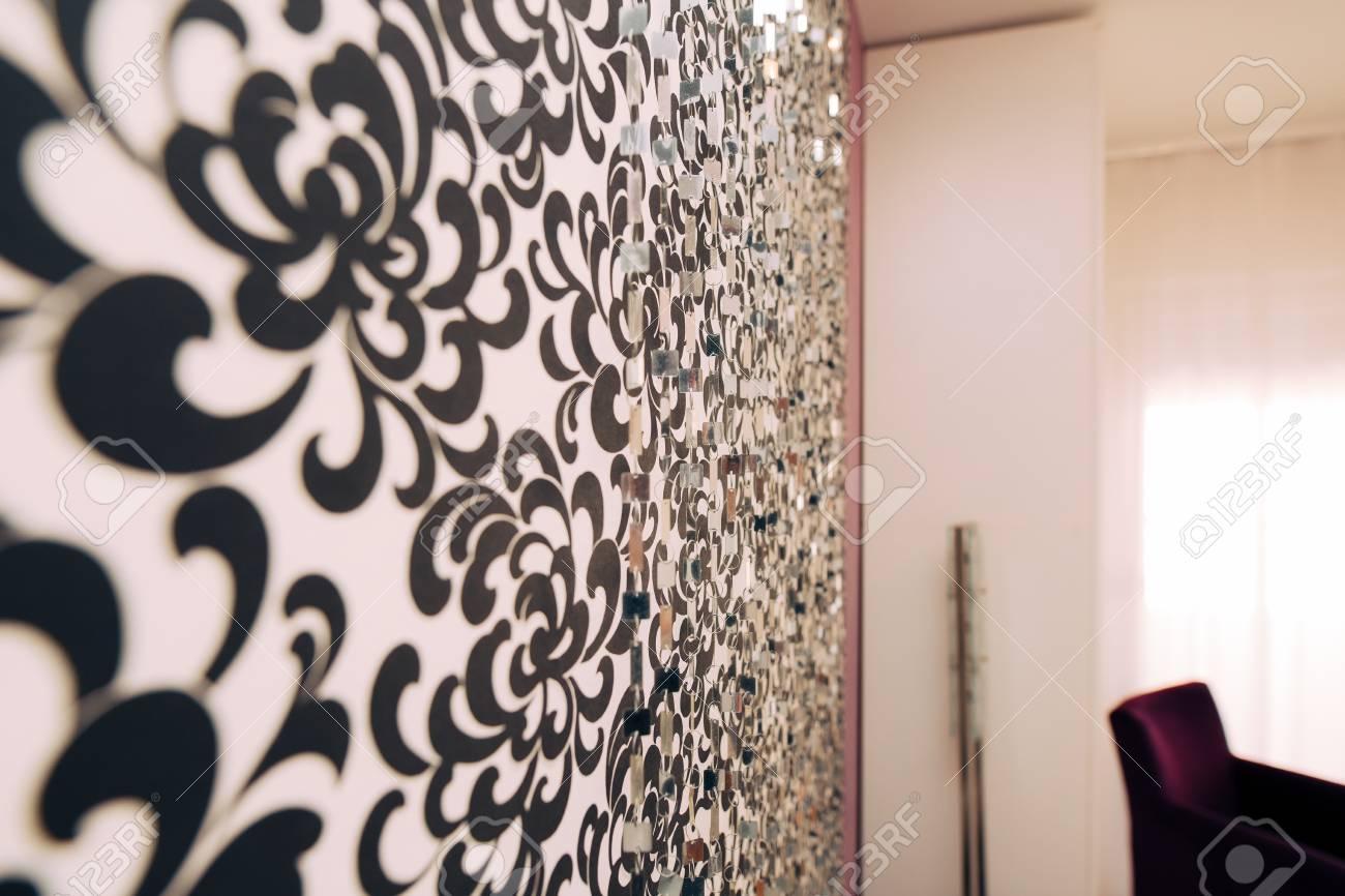 tapete in schwarz wand design bilder, schwarz-weiß-tapete mit einem ornament an der wand lizenzfreie fotos, Design ideen