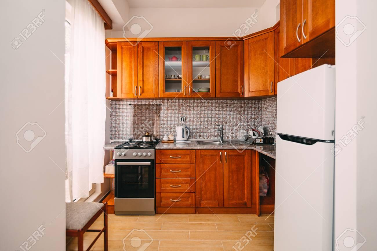 Die Küche In Der Wohnung. Das Design Des Küchenraums. Holzküche ...