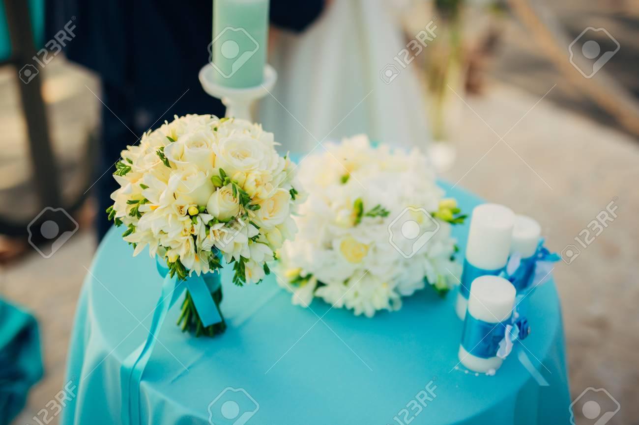 bouquet de mariage sur une table. mariage au monténégro banque d