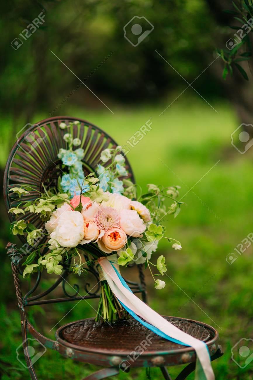 Hochzeitsstrauss Pfingstrosen Auf Einem Vintage Metall Stuhl Hochzeit