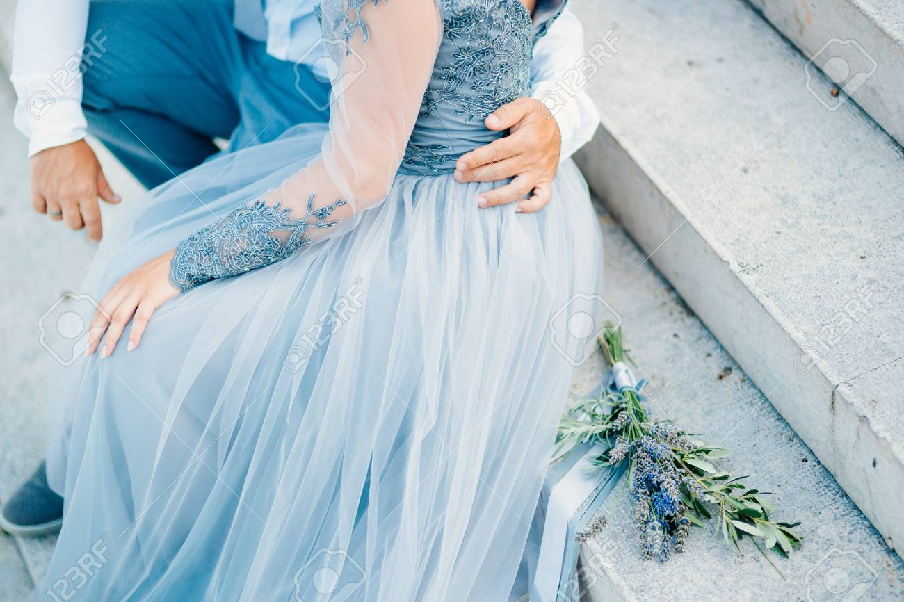 Lavendel Hochzeitsstrauss Liegt Auf Der Treppe Neben Der Braut Und