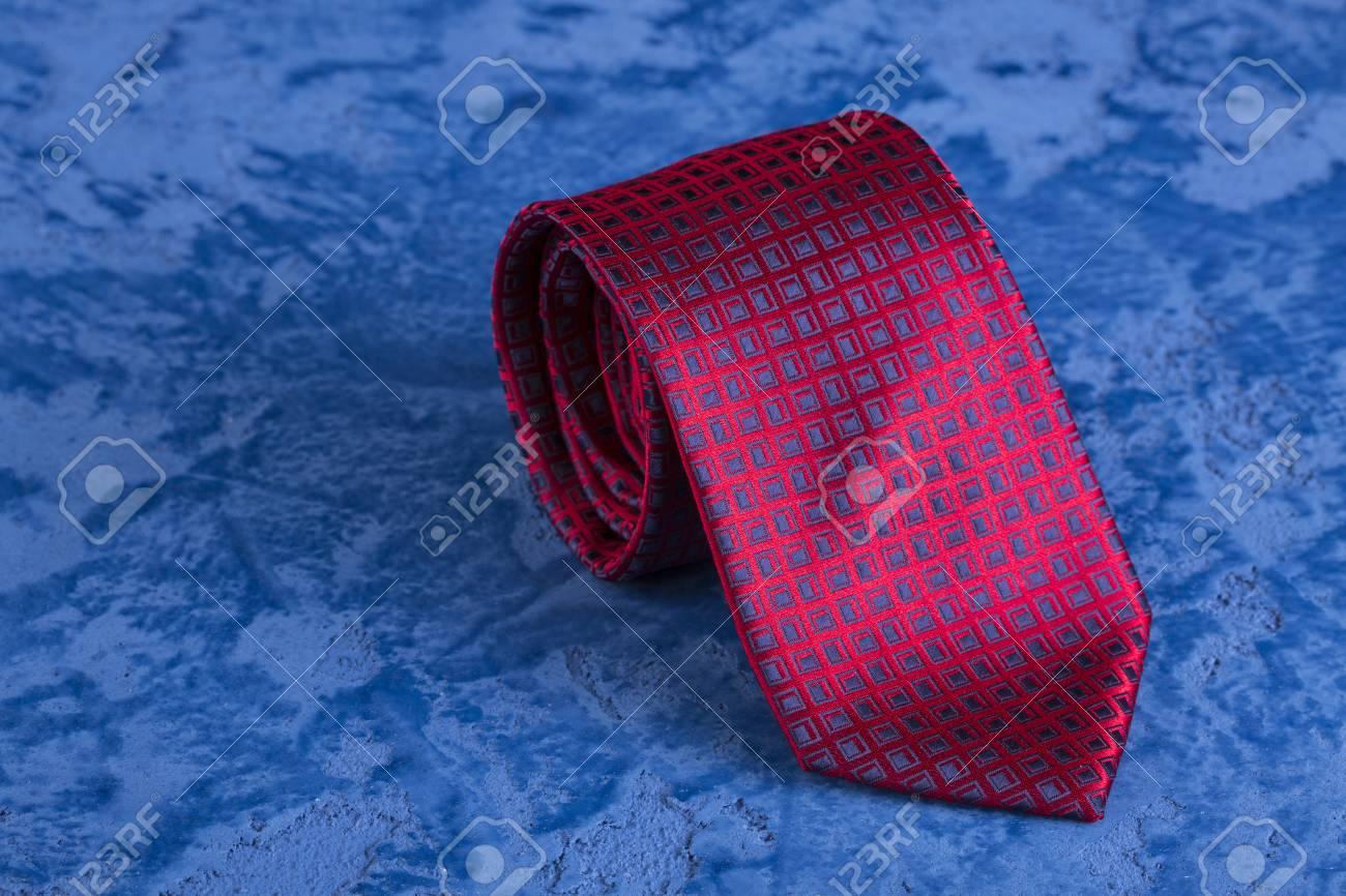 Cravatta Rossa E Gemelli Su Uno Sfondo Di Marmo Blu Per La Festa Del Papà