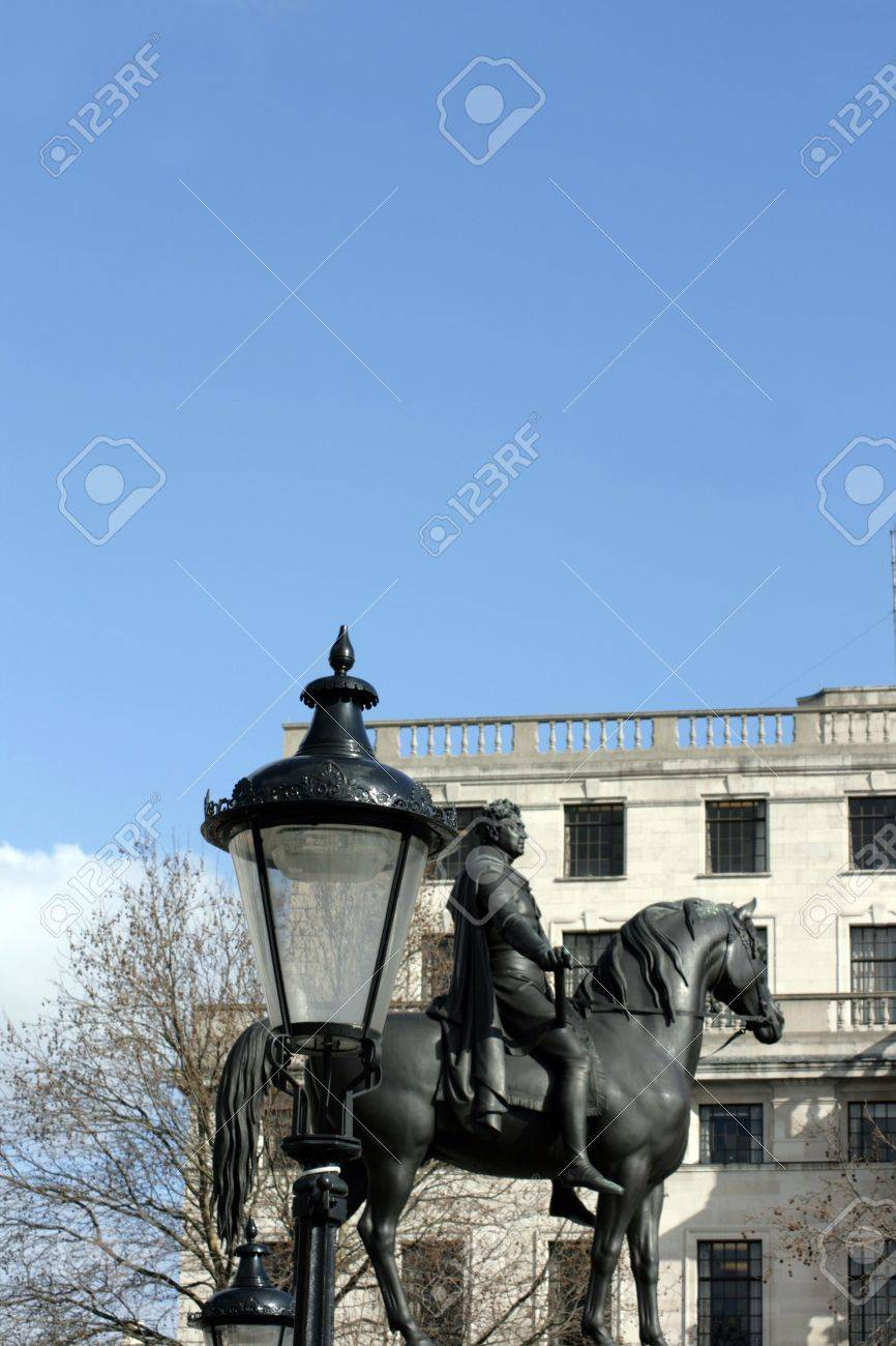 Une statue du duc de Wellington, situé à Trafalgar Square, Londres. Une lampe de rue victorienne à l'avant-plan avec le Musée des beaux-arts à l'arrière-plan. Banque d'images - 4383479