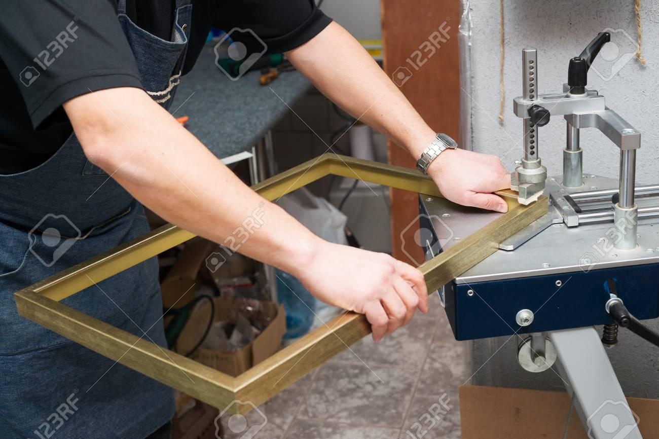 Artesano Trabajando En El Marco De Frameshop. Enmarcador Mano ángulo ...