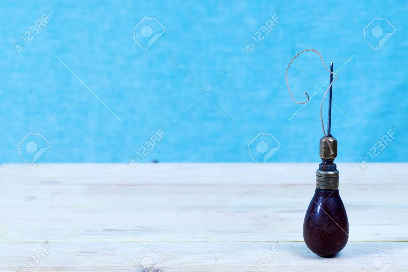 Outils en cuir sur un fond en bois. bureau de travail en cuir d