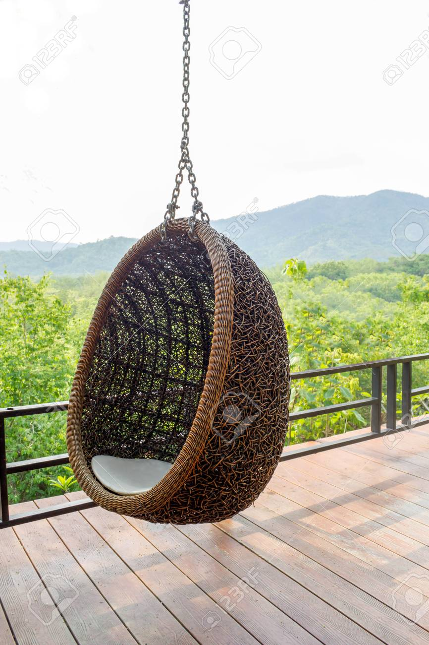 Rattan Lounge Hängesessel Mit Weißen Kissen Auf Dem Balkon Mit