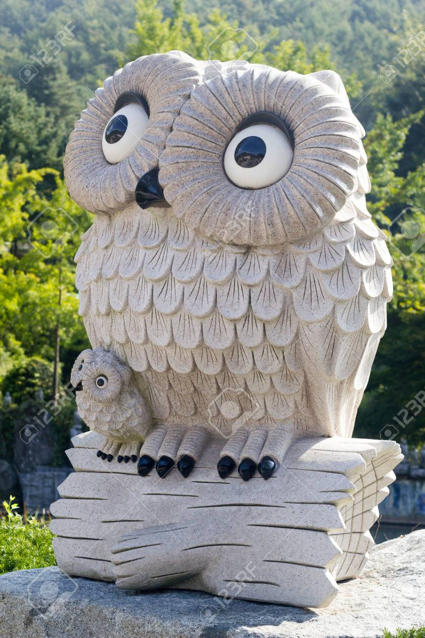 482de5485cf cute mom and kid owl statue in the natural green park Stock Photo - 64491556