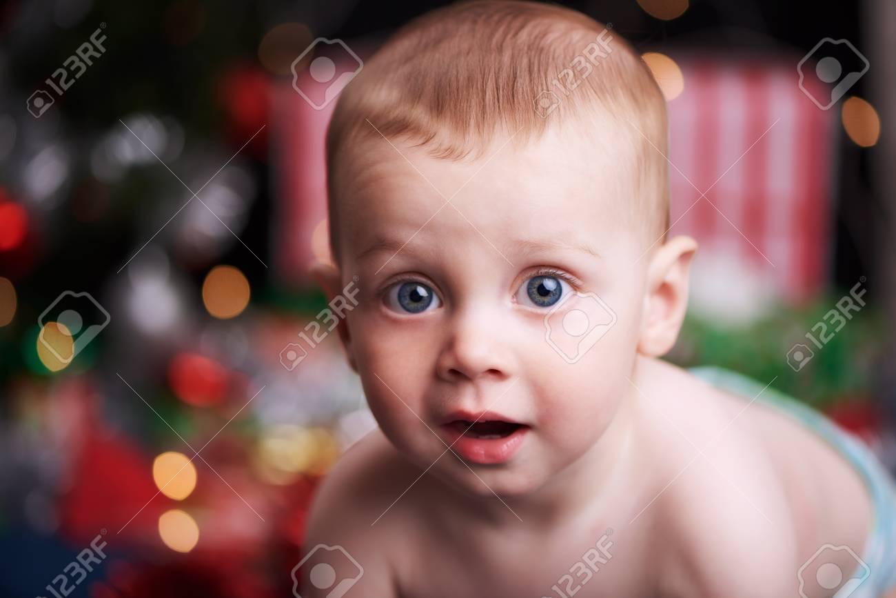 Baby Blick In Die Kamera, Während Nur Eine Windel Trägt, Mit ...