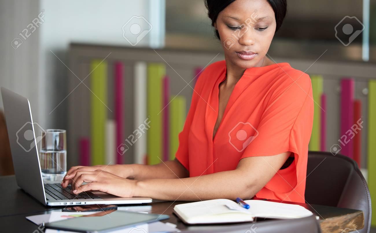 Femme daffaires noir adulte bien lire occupé à taper en lisant en