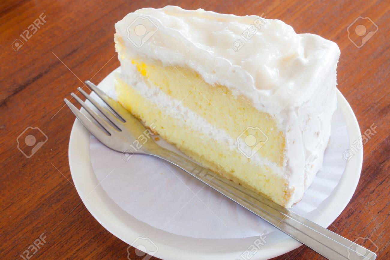 young coconut  whipped with vanilla chiffon cake Standard-Bild - 17698993