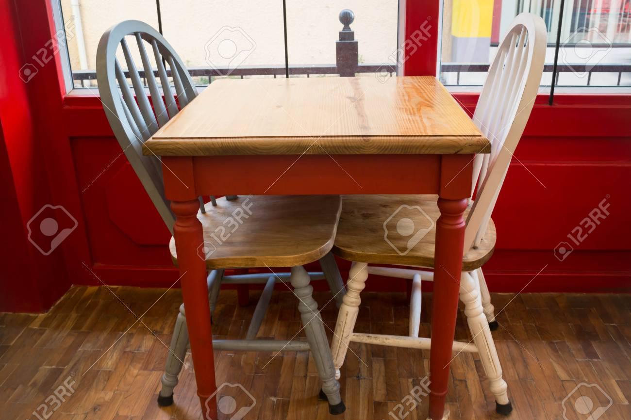 Tavolo e sedia da cucina in legno vintage