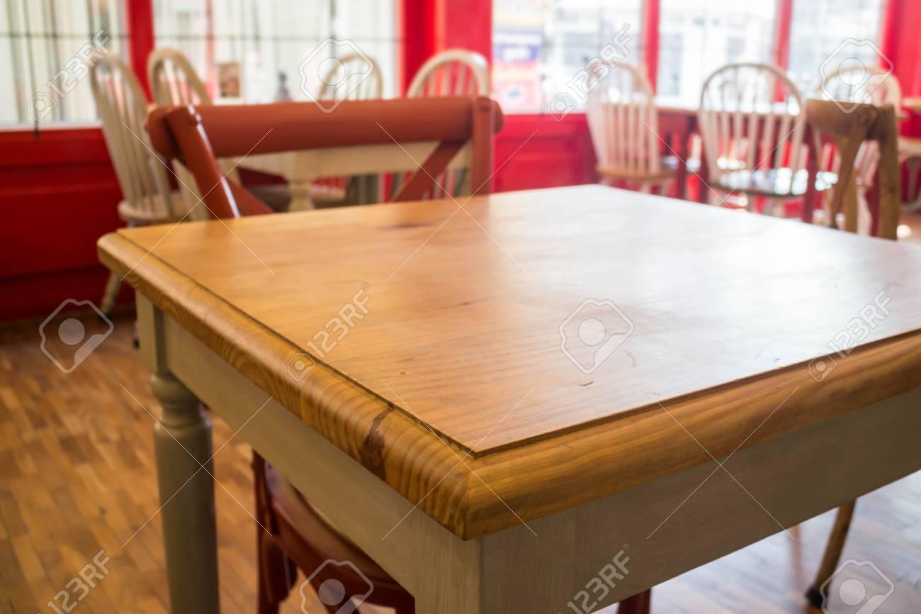 Tavolo da cucina e sedia di legno d\'annata, foto di riserva