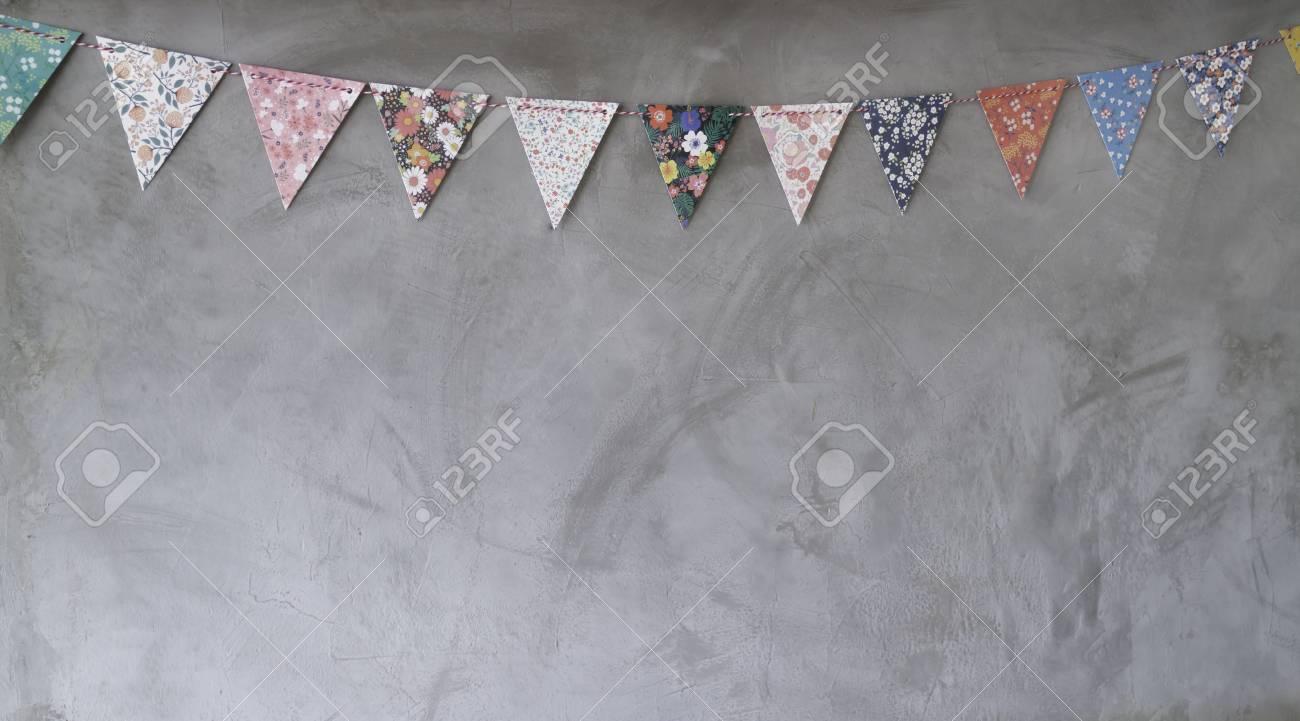 Papeles Triangulares Que Cuelgan En La Decoracion De La Pared Gris - Papeles-de-decoracion
