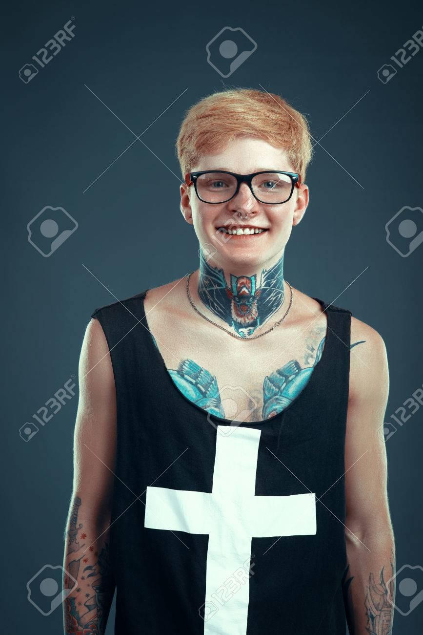4f846f1b6f Blond À Avec Nez Un Tatouage Et Sur Jeune Percé Homme Lunettes nO80XPkw