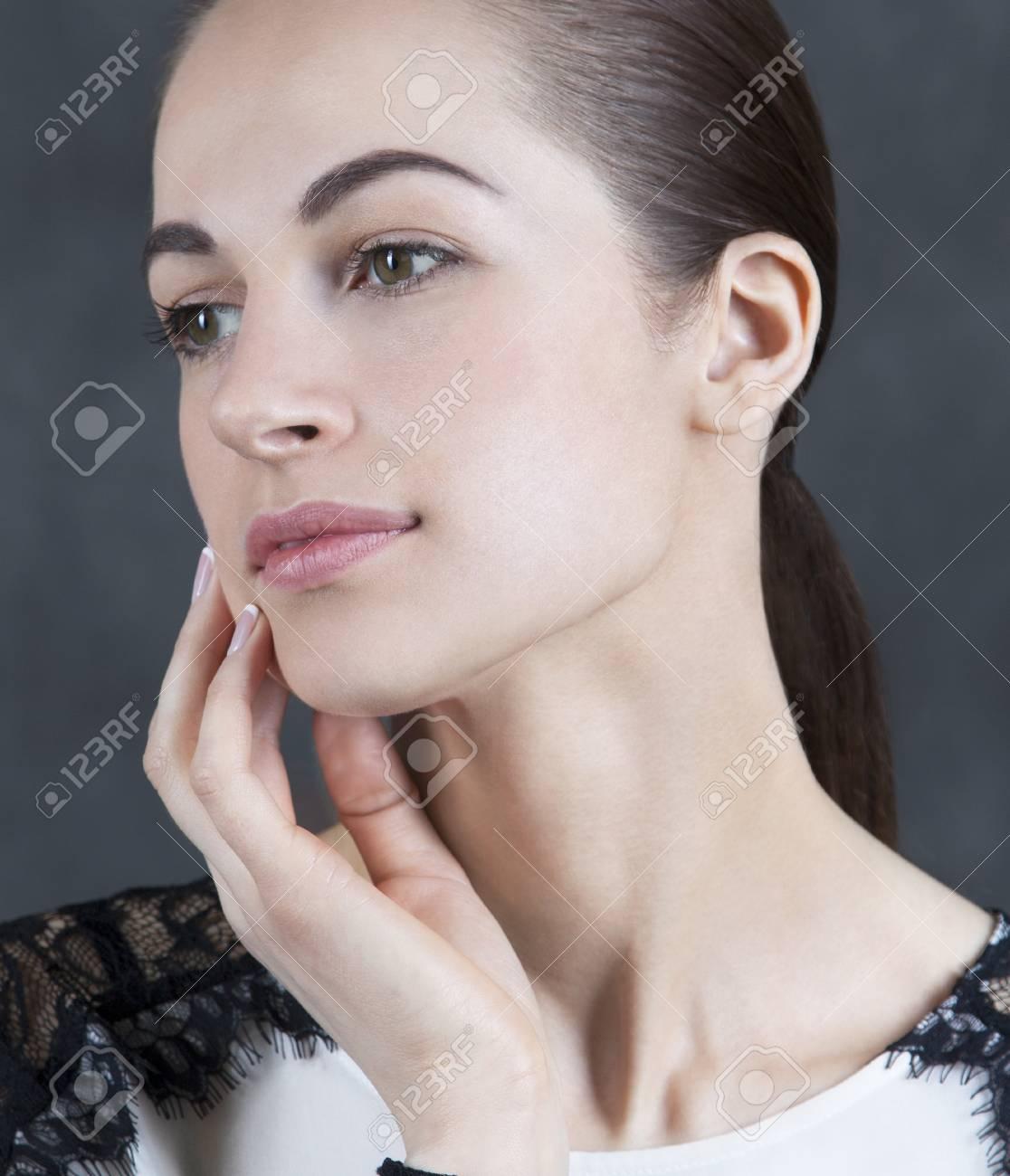 Enregistrer Telecharger L Apercu Belle Femme Modele Femme Avec Un Maquillage Nude Belle Peau Sur Fond Sombre Banque D Images Et Photos Libres De Droits Image 59587475