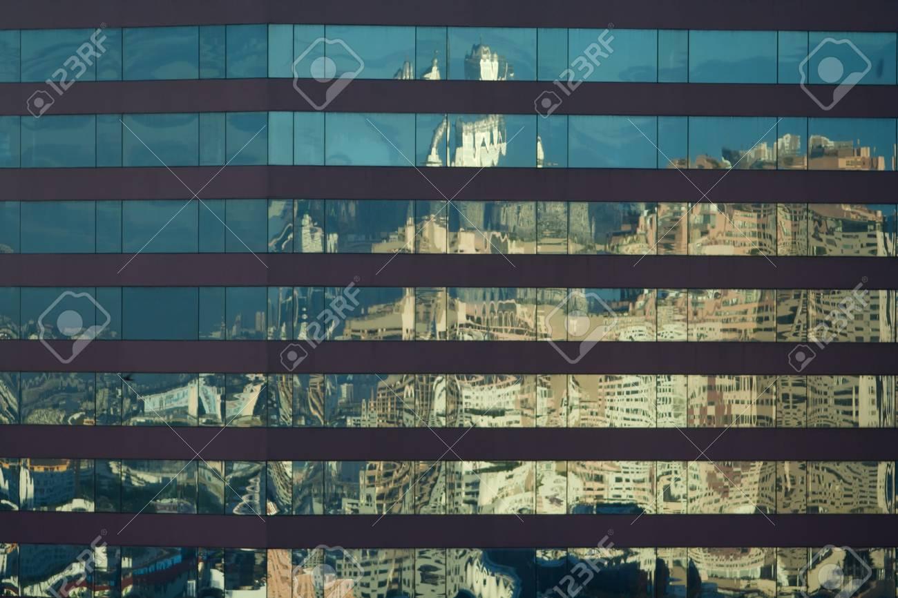 Plan incliné d un immeuble de bureaux avec façade en verre bleu