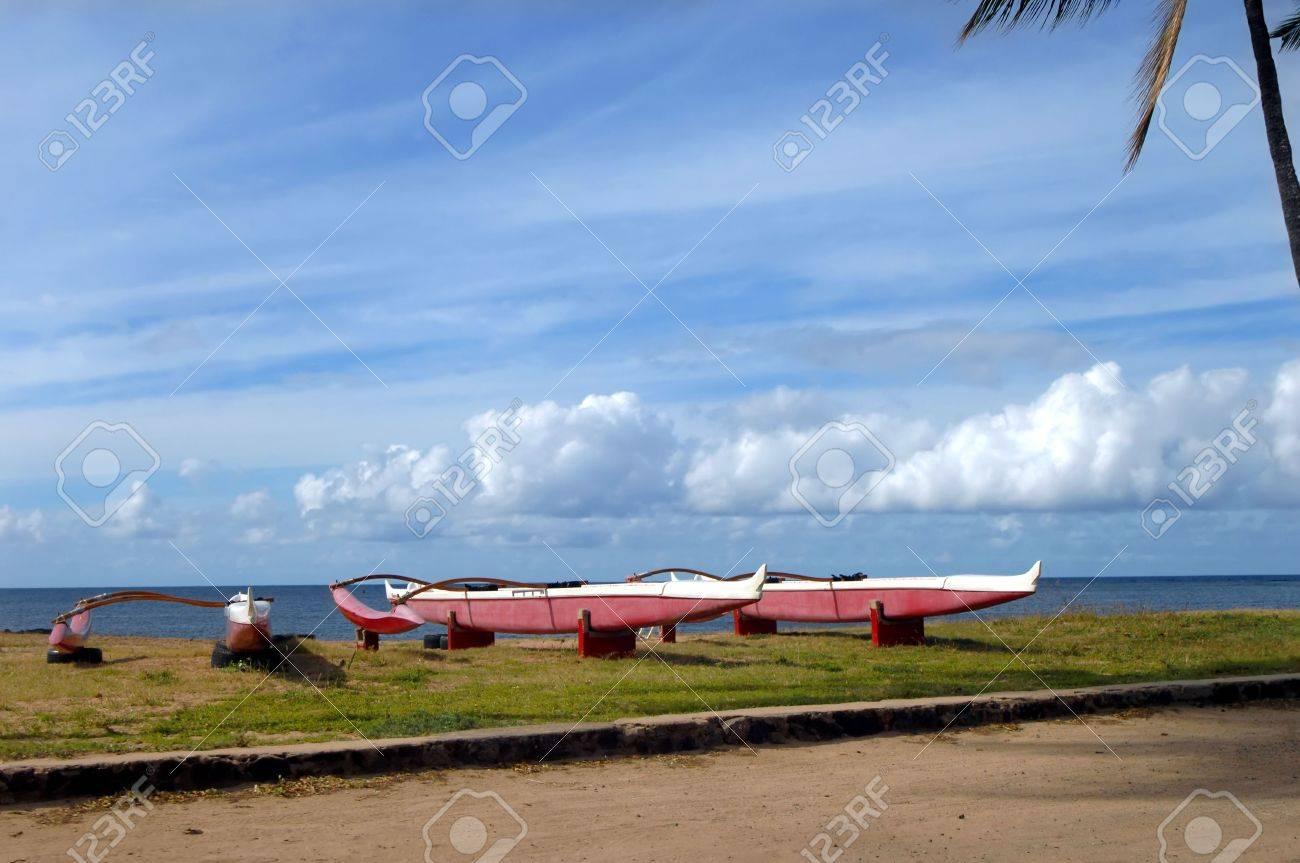 Canoas Sentarse En La Orilla Norte De La Isla De Oahua. Cada ...