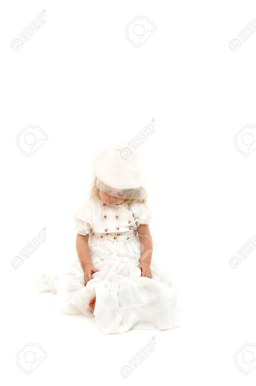 Kleines Mädchen Trägt Brautkleid Und Hut Mit Schleier. Sie Ist Nach ...