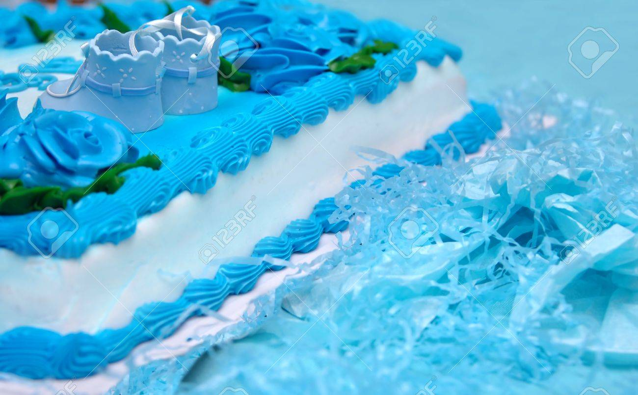 Botines Del Bebé Se Sientan Encima De Una Torta De Baby Shower. Luz ...