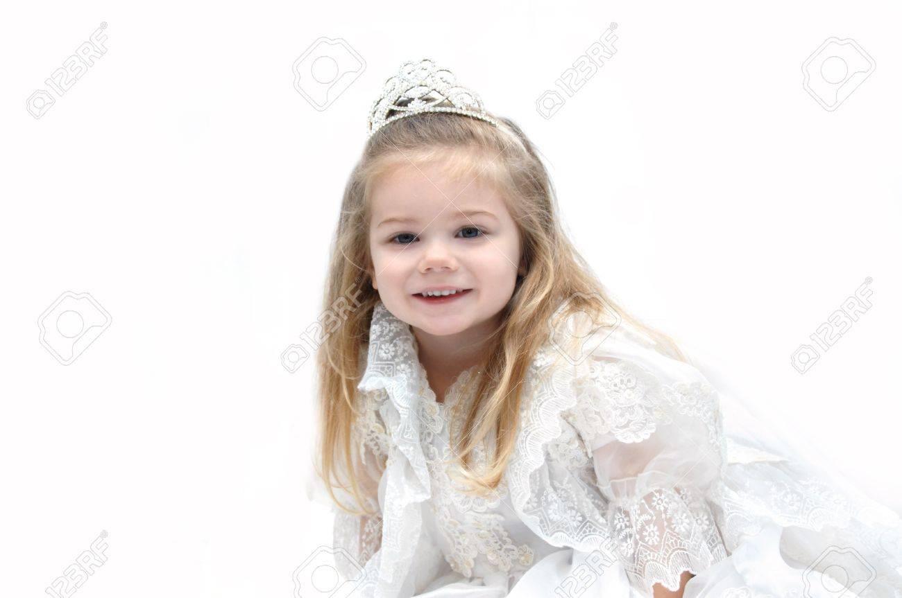 Kleines Mädchen Trägt Eine Elegante Hochzeit Kleid Und Krone ...