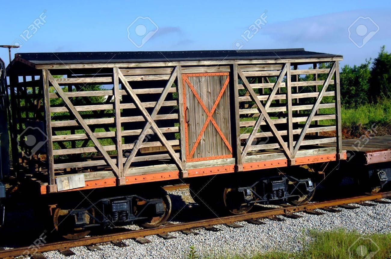 Antiguo Vagón De Ganado Se Encuentra En Las Vías Del Tren En ...
