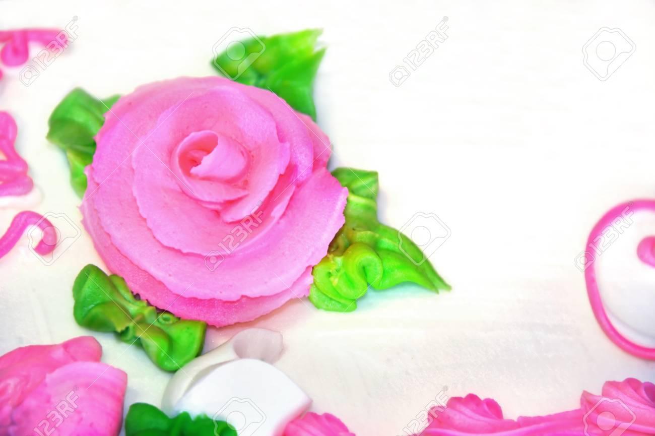 Rosa Confección Rosa Se Sienta En Torta Helada Blanca. Hojas Del ...
