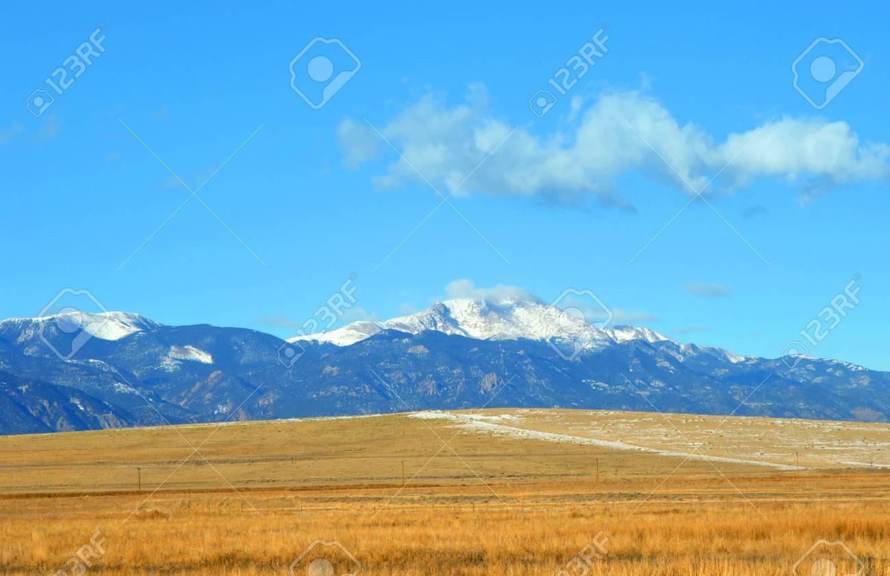 Vista Del Pico De Pike En Las Montañas Rocosas De Colorado. Frentes ...