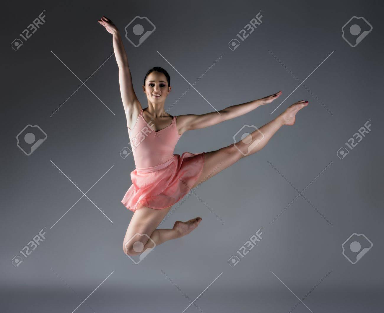 фото балерина босиком в красной пачке