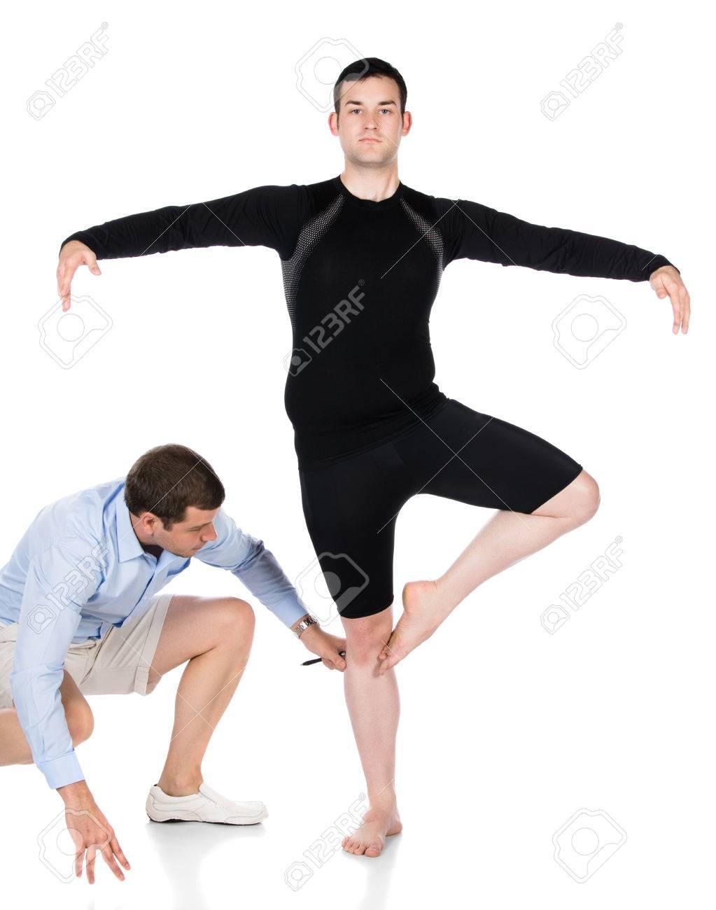 Erwachsene männliche Tänzer tragen einen schwarzen Hemd und Hose und Ballett  Tanzlehrer. Lehrer ist die b8d87103c4