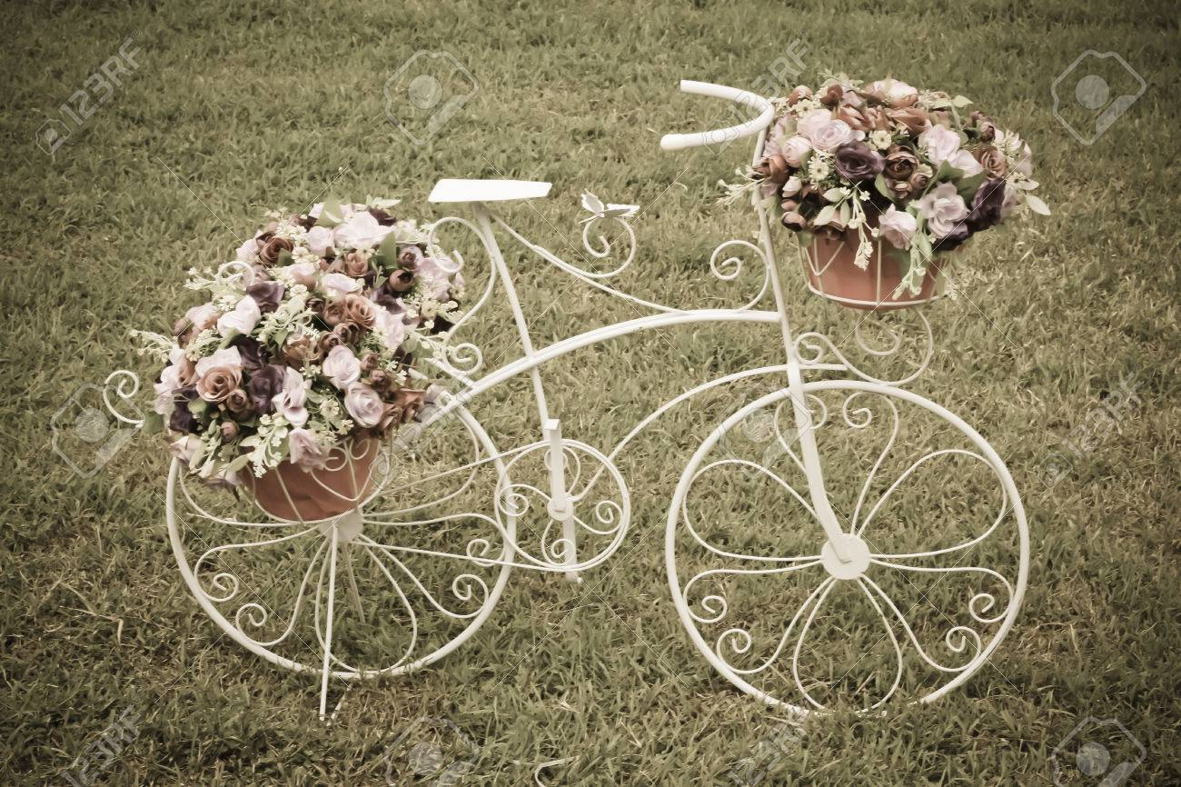 Vintage Stiliserade Dekorativa Cykel Blommor Royalty-Fria ...