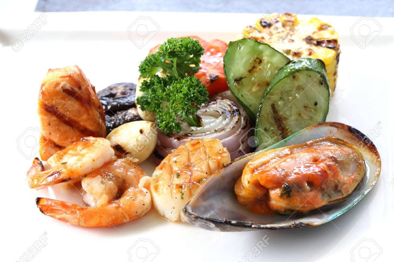 Disegno cucina internazionale : Pesce Alla Griglia Con Verdure Arrosto Sul Piatto Bianco. Cucina ...