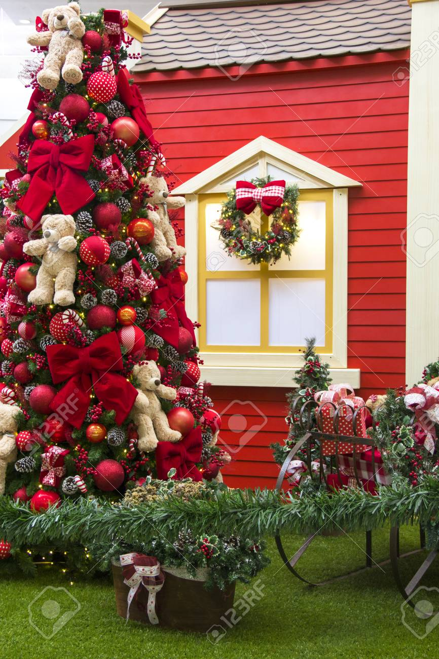 Decoracion De Navidad Arbol Decorado En El Balcon De La Casa De